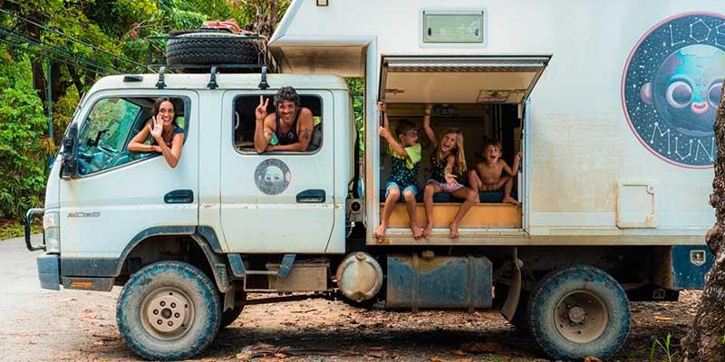 los mundo viajando en su camion